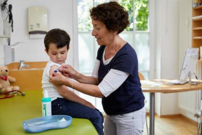 Dr. Goetz beim Impfen